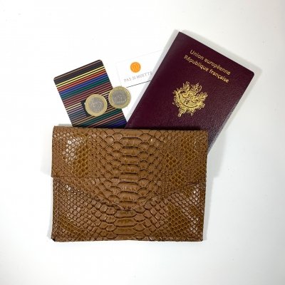 Porte monnaie, passeport, carte identité, simili cuir python moka