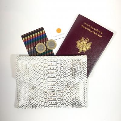 Porte monnaie, passeport, carte identité, simili cuir python blan argent