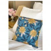 Coussin Motifs grandes fleurs moutarde, harmonie de bleu, touche de rose pale